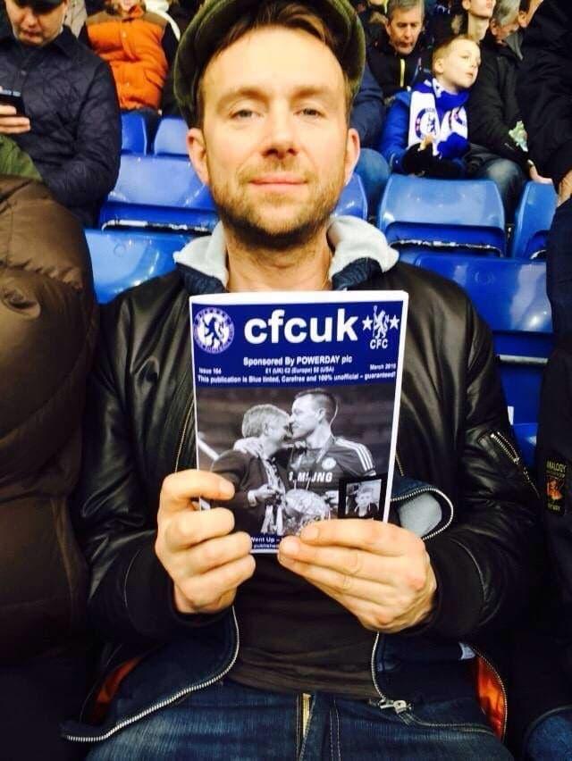 Damon con la fanzine dei tifosi del Chelsea