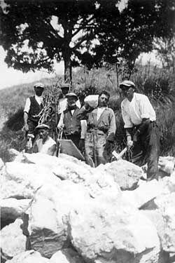 Contadini siciliani al lavoro nei primi anni del secolo scorso